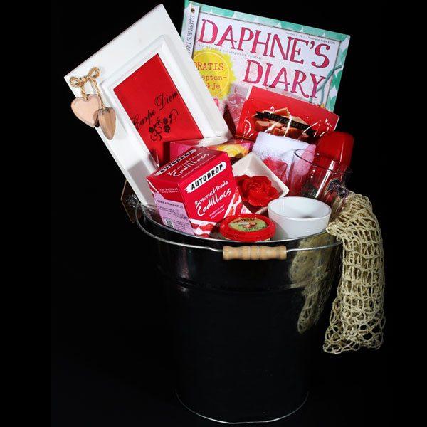 Cadeau voor haar - Cadeau voor vrouw - Carpe Diem. Een leuke zinken emmer vol met heerlijke producten voor de vrouw. Carpe Diem zegt het al