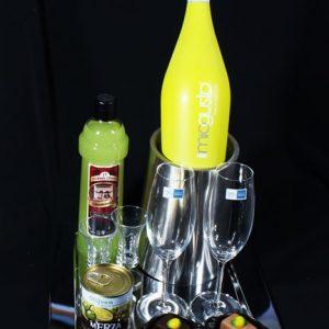 Luxe geschenkpakketten - Luxe met Limoncello en Limonsecco, op een modern RVS serveerplateau en met luxe handgemaakte citron bonbons.