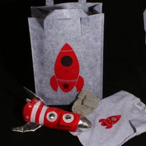 Geboortecadeau jongen - kraamcadeau vilten tasje met raket. Een handig vilten tasje voor luiertje, flesje, spuugdoekje met een stoere raket knuffel