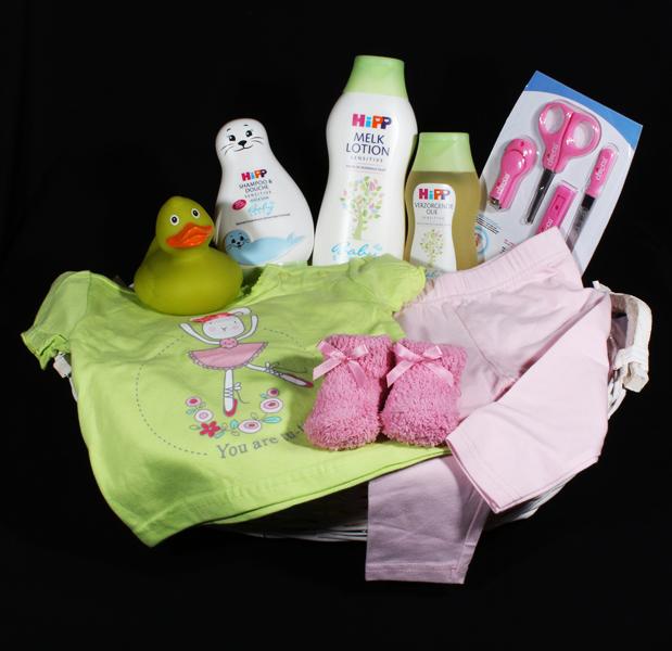Een geboortemand met heerlijke verzorgingsproducten voor in bad en schattige kleertjes voor de kleine meid