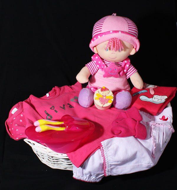 Geboortegeschenk voor meisje met pop en baby merkkleding