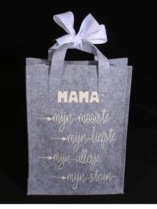 Grijze vilten tas met tekst - unieke shopper voor de allerliefste Mama. Een uniek cadeau om te zeggen dat je haar geweldig vindt