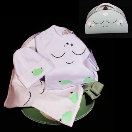 Geboortekoffertje voor jongen of meisje - wolkjes en sterren mintgroen. Een half rond koffertje met tshirtje, mutsje en spuugdoekje met wolkjes en sterren