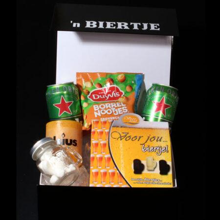 """Cadeau voor hem - geschenkdoos """"Voor jou 'n biertje"""", Een doos met bier, bierchocolade, nootjes en bierpulletje, een uniek cadeau de bierliefhebber"""