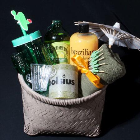 Cadeaupakket voor vrouw - Lekker tropisch - Brazilian Love. Een leuk mandje met heerlijke Brazilian Love showergel en leuk cactus glas met deksel en rietje.