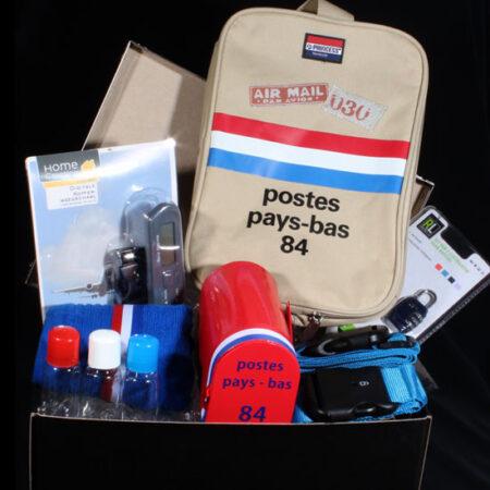 """Cadeaupakket voor mannen - Geschenkpakket """"Hij gaat op reis"""". Een opbergdoos met allemaal handige spullen voor op reis. Hier wordt hij zeker blij van"""