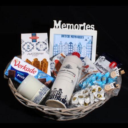 Hollands cadeaupakket - Giftbasket Dutch Memories. Leuk voor de thuisblijvers of voor de emigranten, herinneringen van Holland