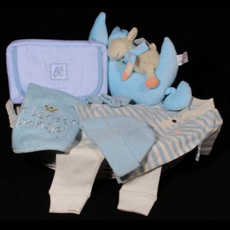 """Geboortemand jongen - Geboortecadeau """"Ik ben een Prinsje"""". Een mooie witte mand met schattige lichtblauwe kleertjes en een maan-muziekdoosje met schaapje"""
