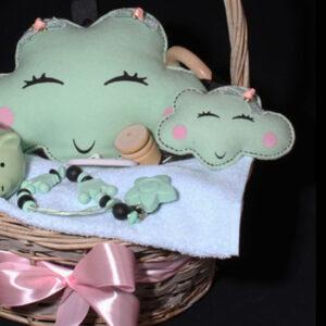 Geboortemand voor meisje - kraamcadeau met muziekwolkje - Lily. Een prachtige hengselmand met roze satijn lint en muziekdoosje in de vorm van een wolkje