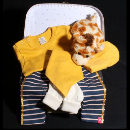 Babykoffertje okergeel - geboortekoffertje met girafje - Kaya. Een handig okergeel koffertje gevuld met okergele babykleertjes en girafje