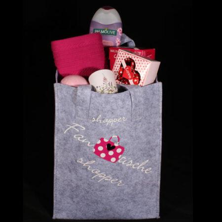 Cadeau voor haar - gevulde vilten tas - Fantastische shopper. Een duurzame grijze vilten tas gevuld met allerlei leuke en lekkere artikelen voor haar.