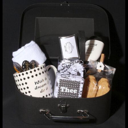 Cadeau koffertje voor een echte theeleut. Wish it-Dream it-Do it! Hiermee maak je iedere theeleut echt blij. Een mooi koffertje met thee, beker en koekjes