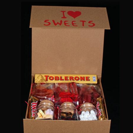 Snoepdoos voor de allerliefste - Snoeppakket I Love Sweets. Verwen je allerliefste eens met een heerlijk snoeppakket