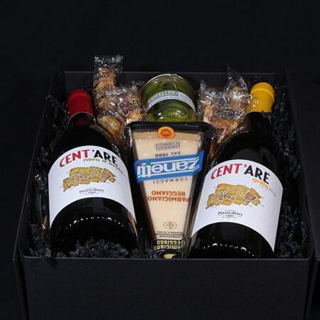 Cadeaupakket met Italiaanse wijn en delicatessen - Goditi l'italiano. Heerlijke rode en witte Italiaanse wijn met kaas, olijven en biscotti