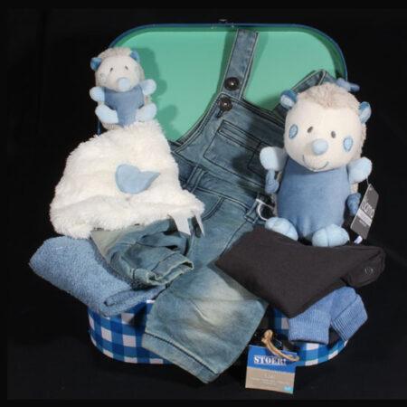 Geboortecadeau jongen - Stoer koffertje met stoere kleding. Koffertje van het merk Stoer en knuffels van Tiamo in een geboortepakket