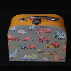 Cadeau voor geboorte jongen - Gevuld voertuigen koffertje. Een leuk klein baby koffertje met allemaal voertuigen en leuk kleertjes