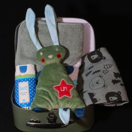 Geboortekado jongen - gevuld koffertje dinosaurus. Een leuk logeerkoffertje met dino's en gevuld met leuke baby kleertjes
