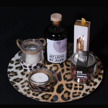 Modern cadeau voor vrouw - Laten we toasten op het Leven. Een modern panterprint dienblad met panterprint kaarsen en rode port in unieke fles