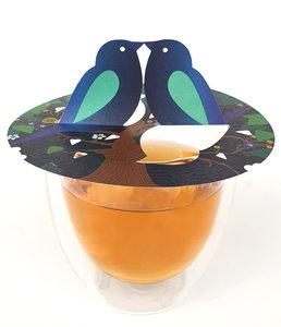 Deze theevogels zitten er warmpjes bij. Op jouw theekop komen de prachtige illustraties in beweging en ontmoeten de vogels elkaar. Een mooi cadeautje voor vrije vogels, zangvogels, huismussen en geluksvogels. Welke lieve vriendin geef jij dit hartverwarmend bedankje? Deze Bird Mix set is een mix van 3 vogel tekeningen.