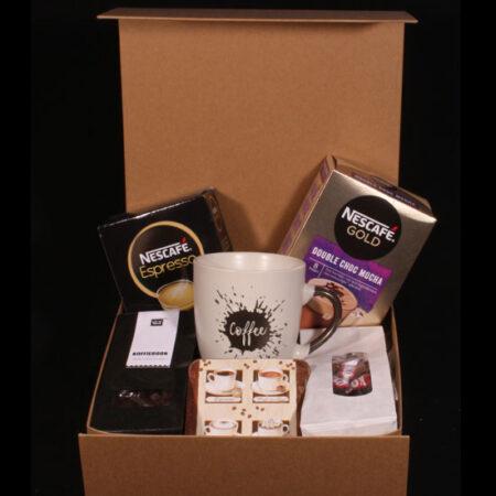 """Geschenkbox met koffie en chocolade - """"Lekker bakkie"""". Koffie drinken uit een mooie koffiemok en een lekker chocolaatje erbij."""