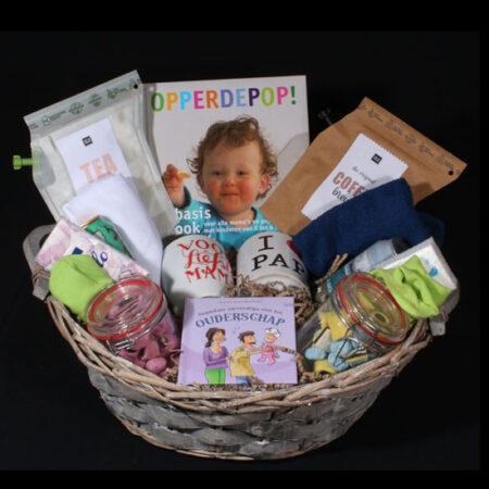 Zwangerschaps geschenk - samen zwanger, samen genieten. Een zwangerschapsmand vol met leuke en lekkere dingen voor mama en papa en de baby